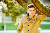 Mladý šťastný muž venku — Stock fotografie