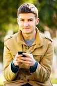 Giovane uomo felice all'aperto — Foto Stock