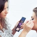 Applying eyeshadow — Stock Photo