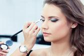 Anwenden von eyeshadow — Stockfoto