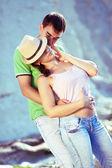 Sexy paar liefdevolle op de rotsachtige kust — Stockfoto