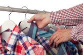 Elegir una camisa — Foto de Stock