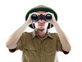 Explorador mirando a través de binoculares — Foto de Stock