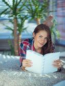 девушка, читающая книгу — Стоковое фото
