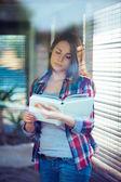 Młoda kobieta, czytanie — Zdjęcie stockowe