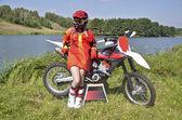 Una ragazza e una moto mx di lago — Foto Stock