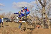 Sauter vers le haut coureur vers le haut sur une moto mx — Photo