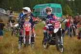 Twee renners om te zitten op een motorfiets enduro — Stockfoto
