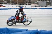 Racer auf einem motorrad mit spikes auf das hinterrad — Stockfoto