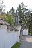 Manastır taş duvar ahşap kuleli — Stok fotoğraf