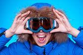 Vrouw in ski bril en winter jas — Stockfoto