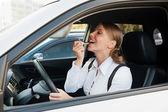 Mujer sentada en el coche — Foto de Stock