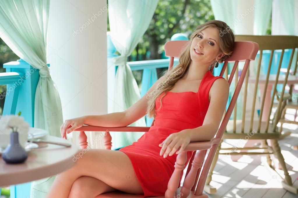 s duisante jeune femme assise sur une chaise photographie konstantynov 13771953. Black Bedroom Furniture Sets. Home Design Ideas