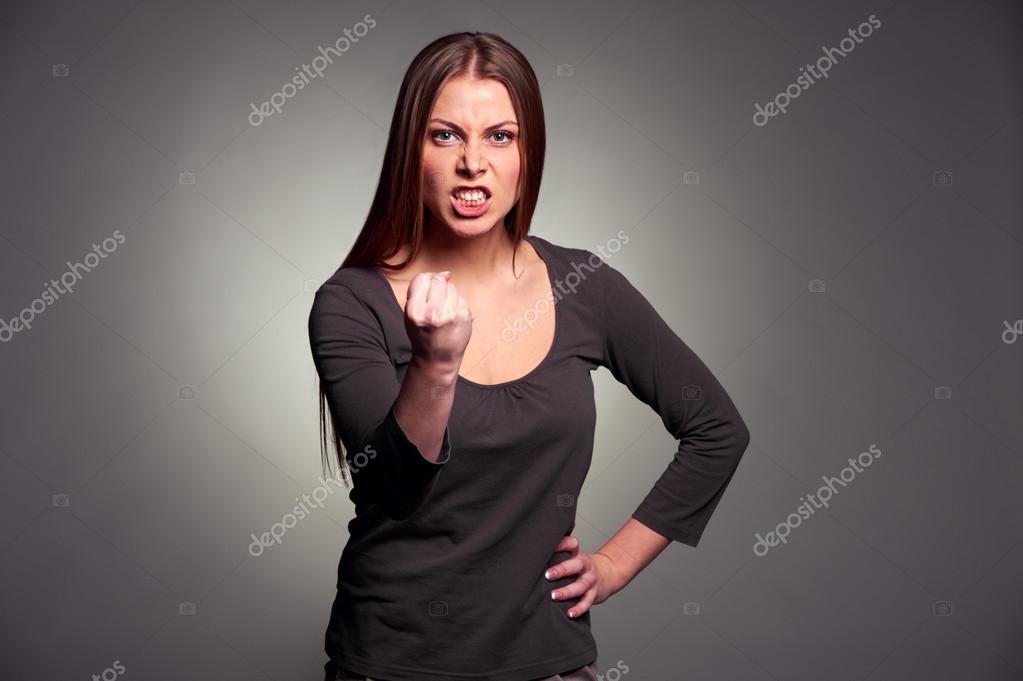 Θυμωμένη γυναίκα που απειλεί την γροθιά — Φωτογραφία ...