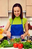 Frisk kvinna förbereda sallad — Stockfoto