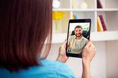 Chat de vídeo online falante par — Foto Stock