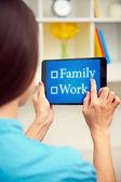 Mujer eligiendo entre trabajo y familia — Foto de Stock