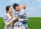 在户外的笑脸家庭 — 图库照片