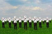 Soru işareti ile işadamları, kalabalık — Stok fotoğraf