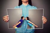 Sönderskurna foto av ung kyssande par — Stockfoto