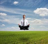 Man met aanwijseffect over groene veld — Stockfoto