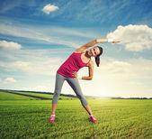 Kobieta robi rozgrzewka na zewnątrz — Zdjęcie stockowe