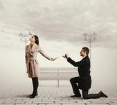 結婚の提案を作るハンサムな男 — ストック写真