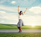 Kobieta, podnoszenia rąk i uśmiechając się — Zdjęcie stockowe