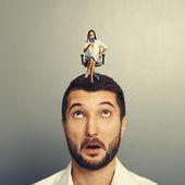 Mujer enojada sentada sobre el hombre sorprendido — Foto de Stock