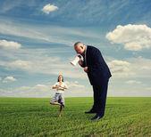 Man screaming at calm small businesswoman — Foto de Stock