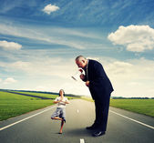 Man screaming at small woman on the road — Foto de Stock