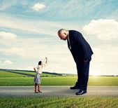 Gran hombre mirando mujer pequeña en el camino — Foto de Stock