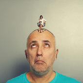 Amazed man with small screaming woman — Stock Photo
