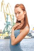 Bella dama en el puerto mercante — Foto de Stock