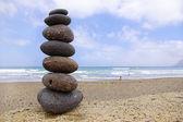 Balancing steentjes, strand en de oceaan — Stockfoto