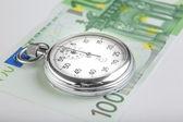 Kronometre ve 100 euro banknot — Stok fotoğraf