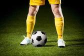 Ballon de soccer et un pieds d'un joueur de football — Photo