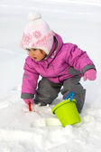 Niña jugando con nieve — Foto de Stock