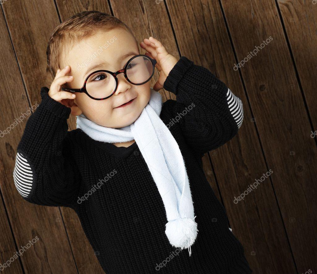 一个戴眼镜的可爱孩子的画像