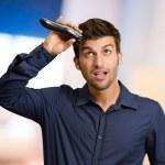 Man Cutting His Hair With Razor — Stock Photo