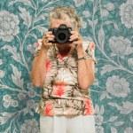 fotografo senior donna in piedi con la macchina fotografica — Foto Stock #12666913