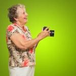 donna in piedi con la macchina fotografica — Foto Stock #12666921