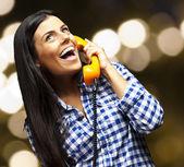 Vintage telefonlara konuşurken genç bir kadın portresi bir bir — Stok fotoğraf