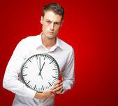злой человек, держащий часы — Стоковое фото