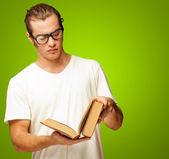 Homem olhando para o livro — Foto Stock