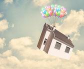 дом и воздушный шар в небе — Стоковое фото