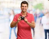 Porträt eines mannes, die kamera — Stockfoto