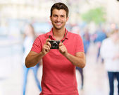 Ritratto di un uomo che tiene la fotocamera — Foto Stock