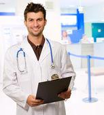 Genç doktor portresi — Stok fotoğraf