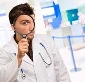 虫眼鏡を通して見る博士の肖像画 — ストック写真